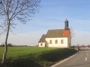 En liten kyrka ute på landsbygden